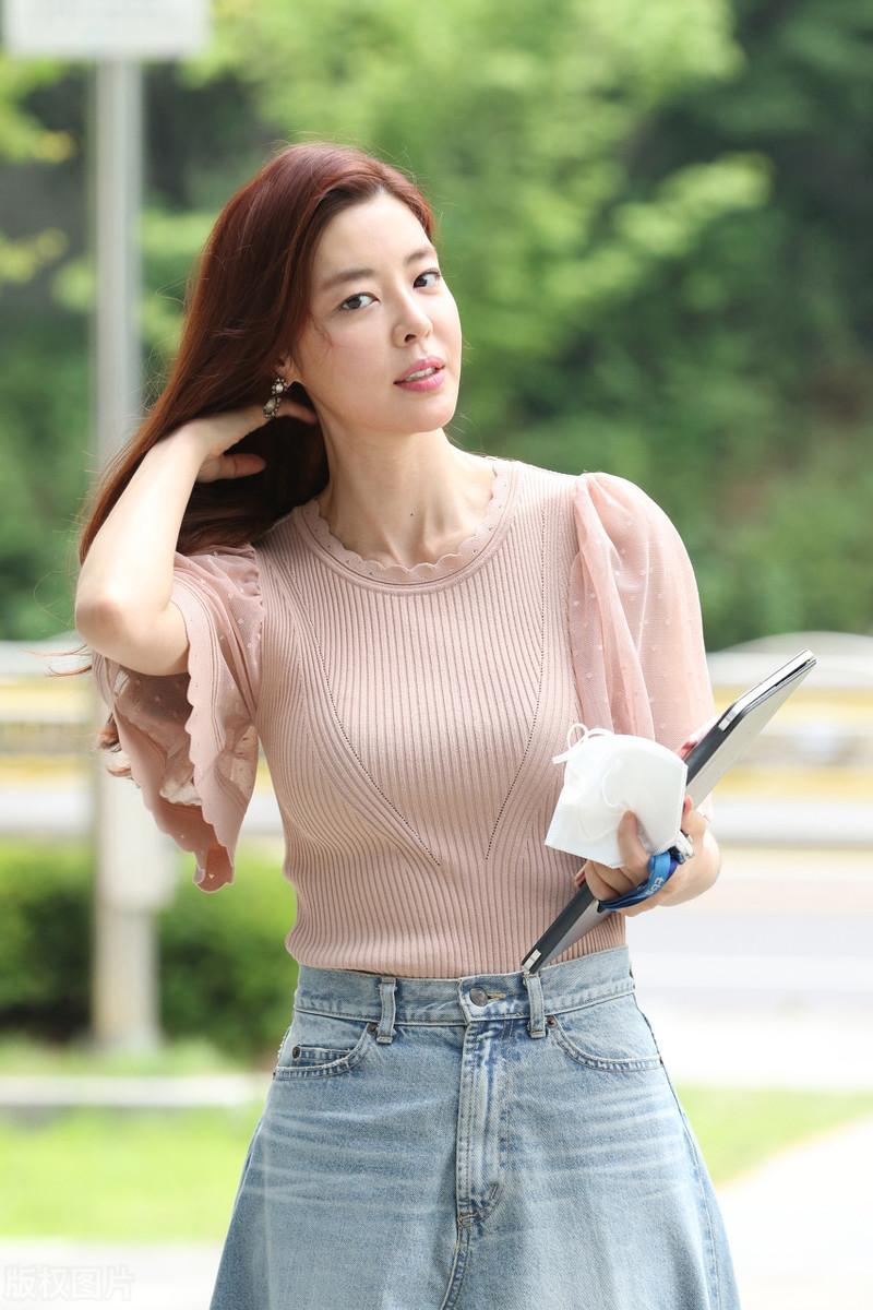 独家街拍:韩国女星金圭丽穿着裸色针织上衣+牛仔裤,优雅动人