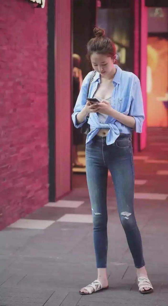 街拍:牛仔裤永不过时,时尚大方
